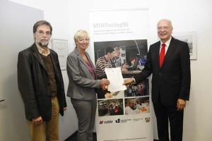Unser Bild entstand bei der Vertragsunterzeichnung und zeigt von links nach rechts Prof. Dr. Dr. Ullrich Pietsch, Susanne Blasberg-Bense und Jörg Dienenthal.