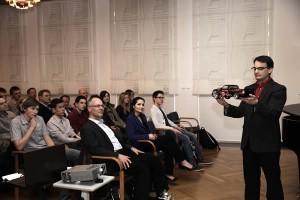MINTor Philipp Spitzer präsentierte bei der Aufnahmeveranstaltung ein Solarauto als konkretes MINToring-Projekt.