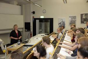 """Alexandra Röder von der Zentralen Studienberatung (links) erläuterte in einem """"kleinen Uni 1x1"""" wichtige Fragen zu Bewerbung, Einschreibung und Numerus Clausus an der Universität Siegen."""