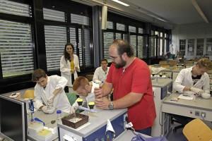 Im Projekt Pflanzenmolekularbiologie  befasste sich eine Projektgruppe unter fachlicher Anleitung (etwa durch Dr. Sven Dienstbach, vorne im Bild) mit der Extraktion, Trennung und quantitativen Analyse diverser pflanzlicher Pigmente.