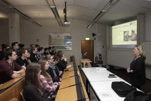 Alexandra Röder von der Zentralen Studienberatung der Universität Siegen gab eine kurzweilige Einführung in das Studienangebot der heimischen Hochschule.