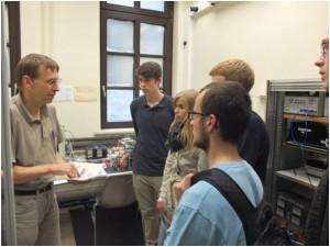 Dr. Wolfgang Walkowiak erklärt Inforamtionen zu den ATLAS-Pixelmodulen, Bild im Labor aufgenommen.