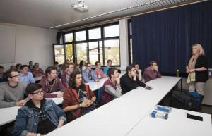 Alexandra Röder (rechts) von der Zentralen Studienberatung gab einen Einblick in das Studienangebot der Universität Siegen, und zwar mit dem Schwerpunkt MINT-Fächer.
