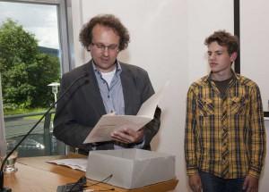 Einen Ehrenpreis erhielt Michel Klappert (rechts) im Namen der Jury von Dr. Bernd Klose (links) überreicht.