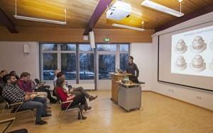 """Prof. Dr. Volker Blanz (Bildmitte) stellte seinen interdisziplinären Forschungsansatz, die """"Lernbasierte Gesichtsanimation"""" vor."""